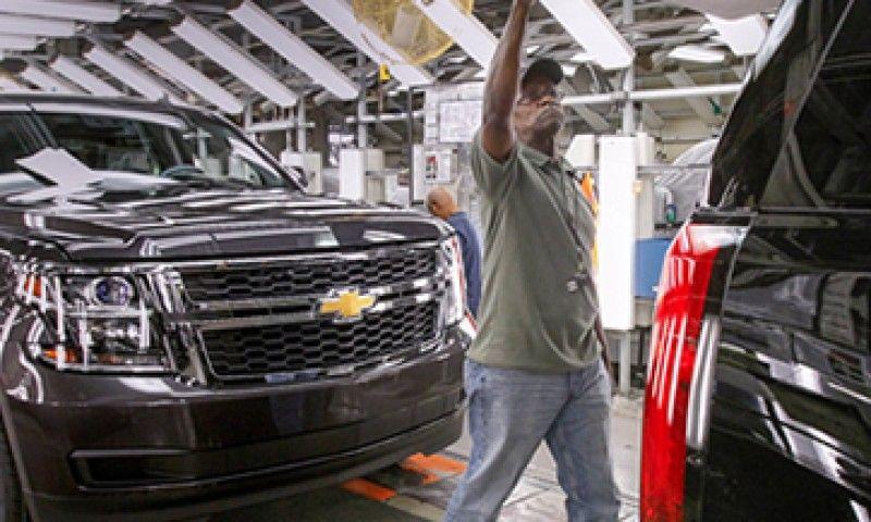 Evalúa Donald Trump imponer aranceles a coches importados